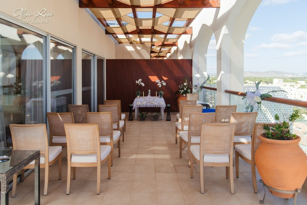 Wedding ceremony with ocean and beach view at Crowne Plaza Vilamoura, Algarve. By Olga Rosi Photography