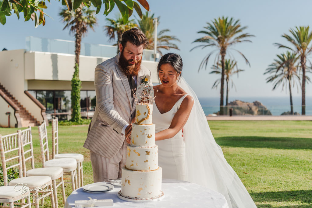 Pestana Alvor Praia wedding ceremony with ocean view, cutting the cake - Algarve photographer Olga Rosi